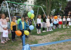 Na zdjęciu przedszkolaki z Przedszkola nr 20 na nowym placu zabaw. Zdjęcie z otwarcia placu, dzieci trzymają w rękach baloniki
